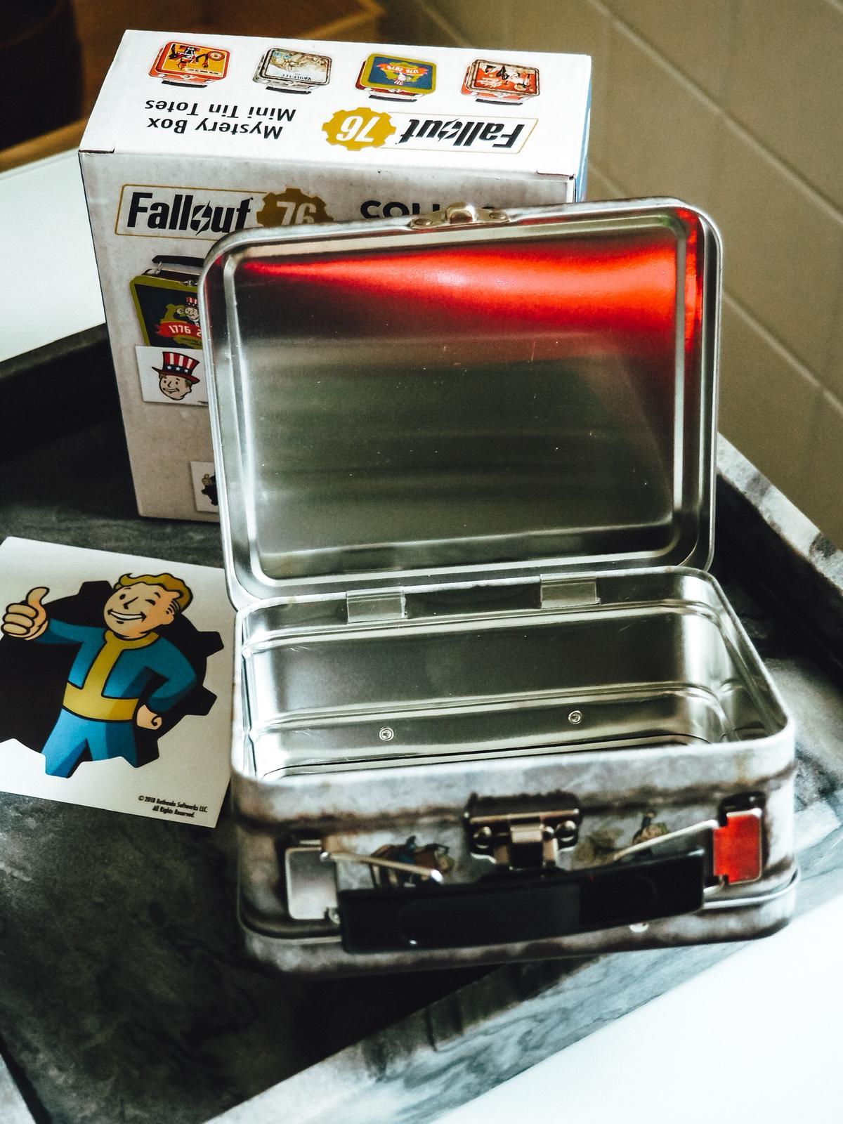 Neben der Mini-Box von Zavvi ist auch ein Fallout Fensteraufkleber imm Lieferumfang.