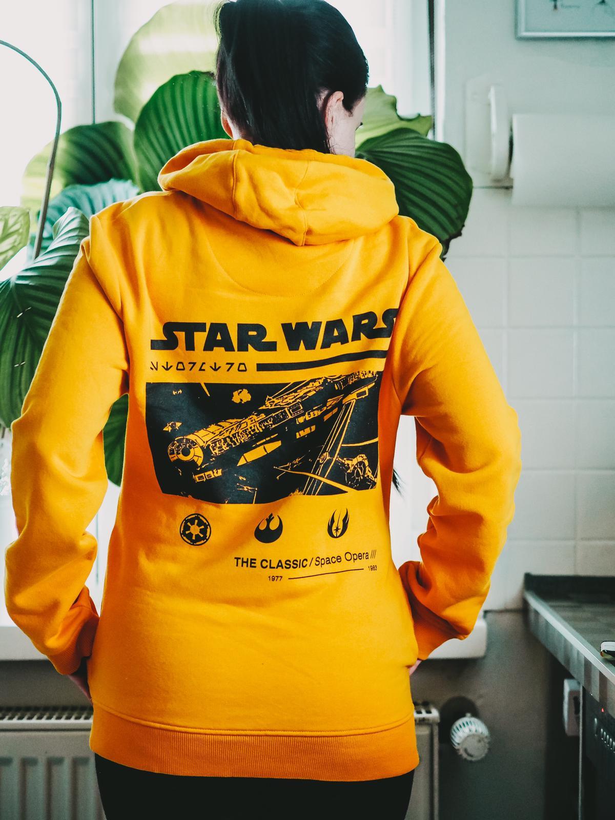 Neue Kollektionen von Zavvi - Rückenansicht senfgelber Star Wars Hoodie